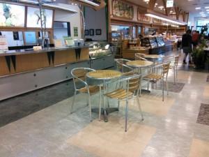 ショッピングモールで軽食を販売するワゴンでも紙おしぼりが利用されています。