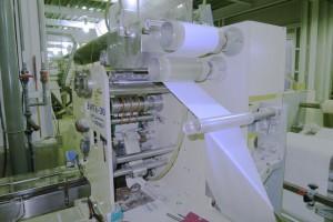 紙おしぼりは、安全・衛生基準の厳しい工場で専用の機械によって作られます。