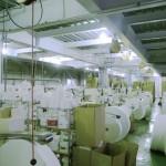 工場の中に並んでいるのが紙おしぼりの元となるロール紙です。