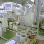紙おしぼりの製造工程は、裁断から包装まで機械で制御しています。