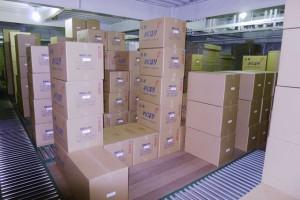 段ボールに箱詰めされた紙おしぼりは倉庫で保管されます。