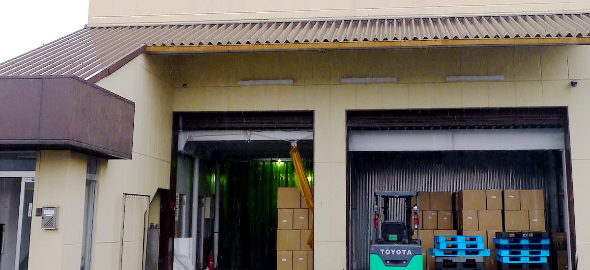 紙おしぼり工場では、すべての工程を機械による自動化で行っています。