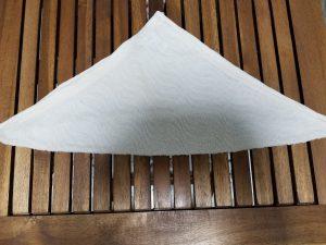 おしぼりアート 1、三角形に折る
