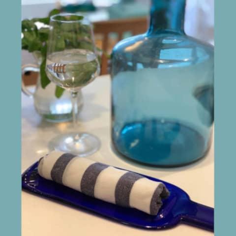 おしぼりとガラス瓶